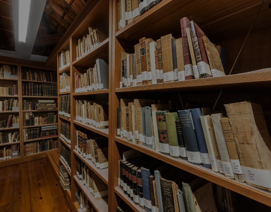 Estanterías del CEDOCAM con diversos libros