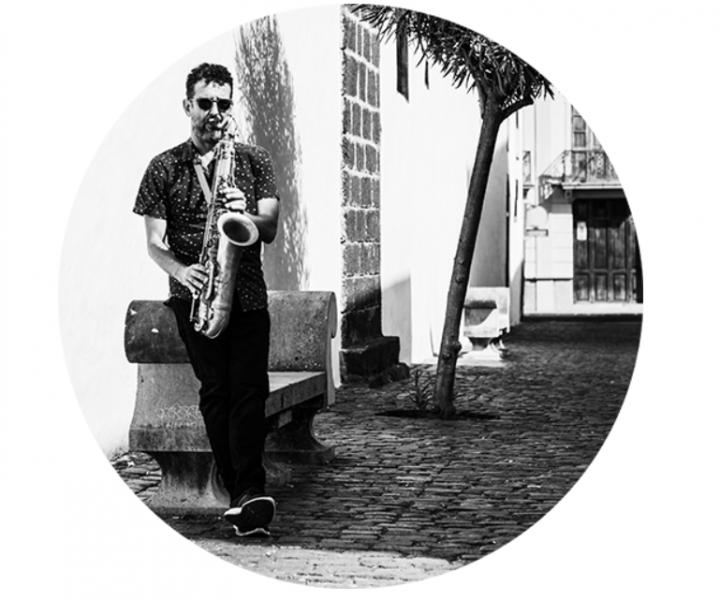 Músico Fran Rodríquez tocando el saxofón