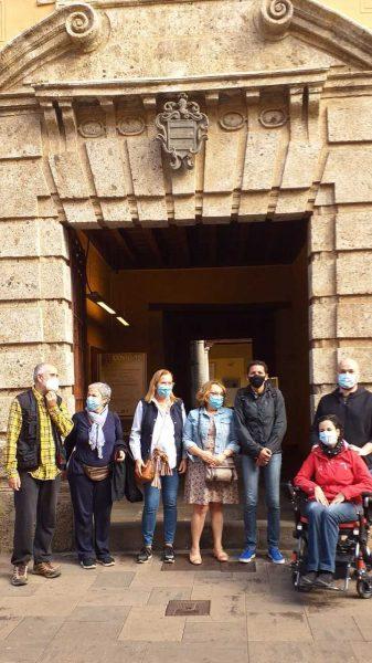 Grupo de visitantes en la puerta principal de Casa Lercaro