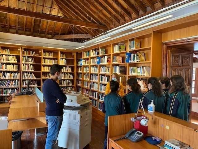 Grupo de escolares visitando una de las salas del CEDOCAM